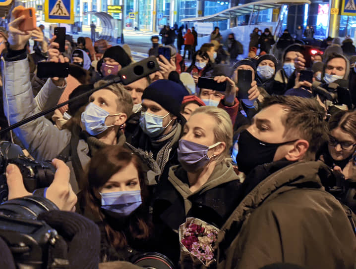 Юлия Навальная (в центре) выходит из аэропорта Шереметьево