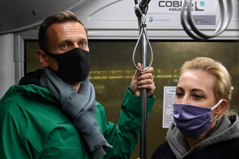 Алексей Навальный с женой Юлией в автобусе по пути на паспортный контроль