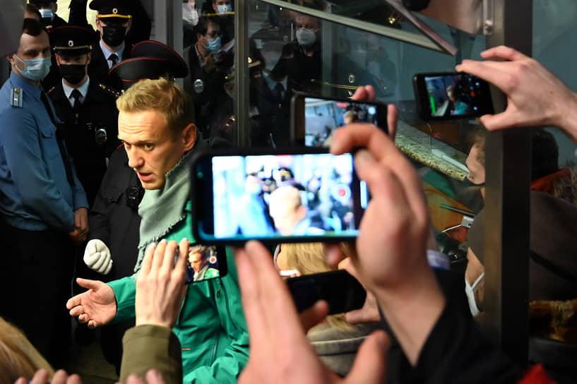 После прохождения паспортного контроля в Шереметьево Алексей Навальный был задержан