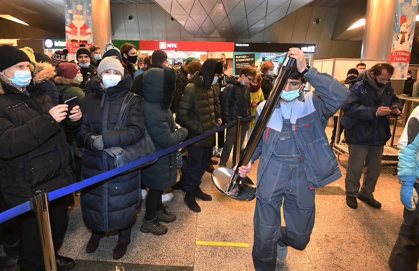 Сторонники Алексея Навального во время ожидания его прилета в аэропорту Внуково