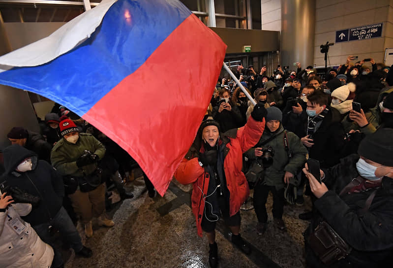 Сторонник Алексея Навального с флагом во Внуково