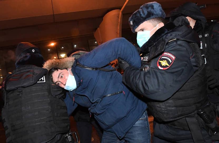 Сотрудники ОМОНа и Росгвардии начали оттеснять людей, собравшихся на входе во Внуково. Некоторые были задержаны