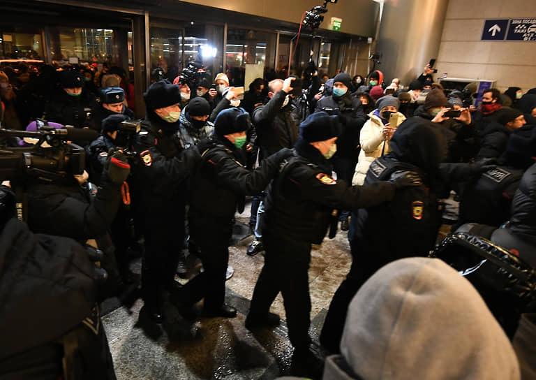 Задержание сторонников Алексея Навального во Внуково