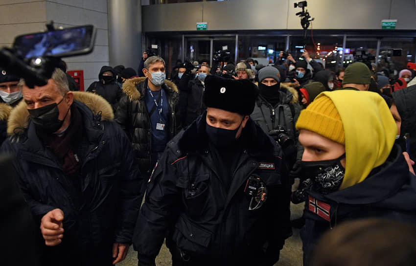 Сторонники Алексея Навального и сотрудники полиции во Внуково