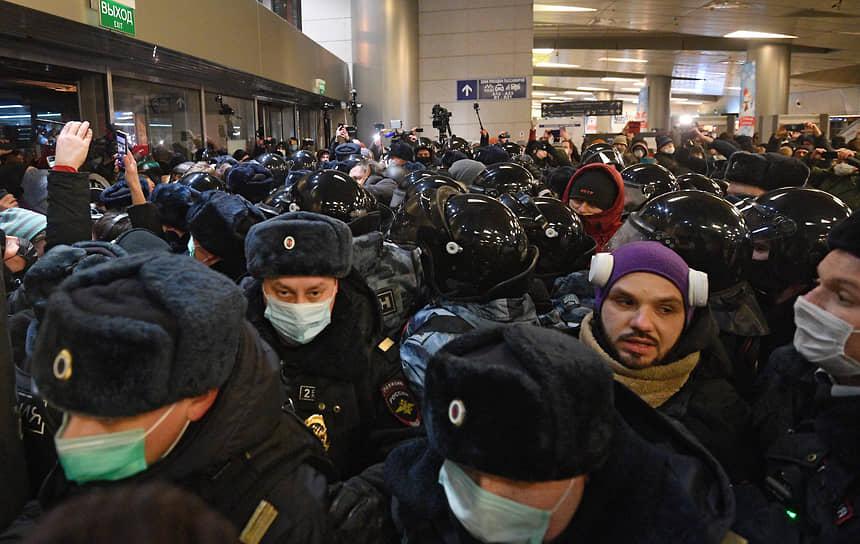 Полицейские и сторонники Алексея Навального во Внуково