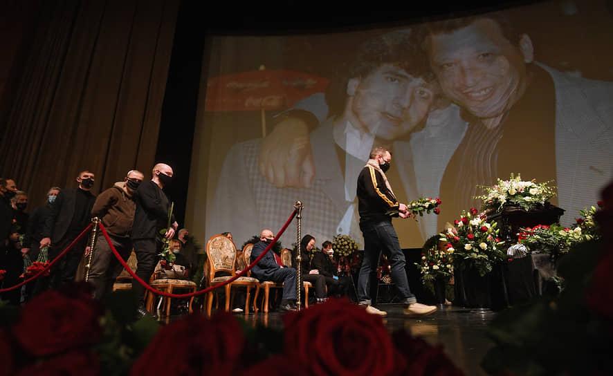 В зале играла музыка, на большом экране показывали фотографии Бориса Грачевского