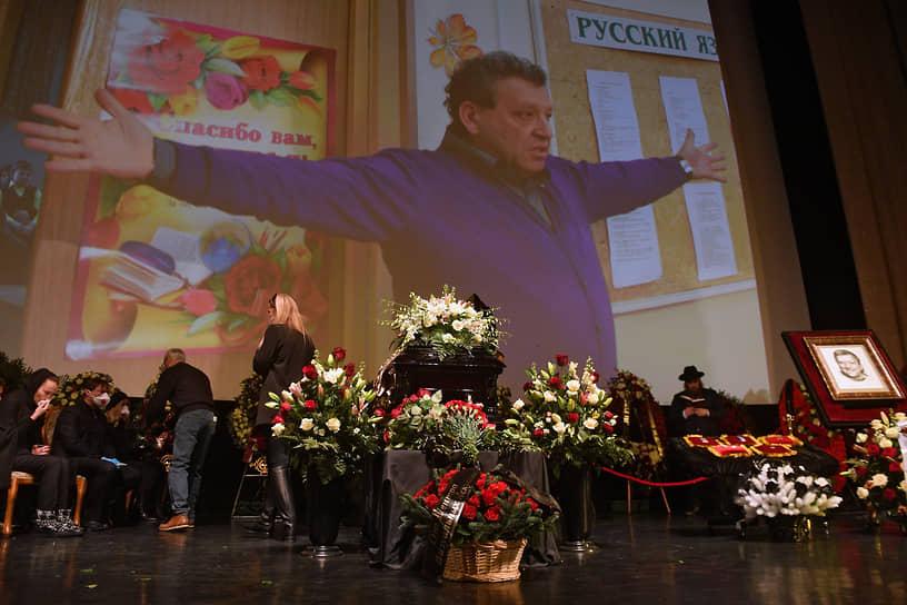 Гроб был установлен на сцене Дома кино в окружении цветов и венков