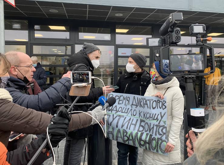 Пообщаться с самим Алексеем Навальным журналистам так и не удалось, поэтому они задавали вопросы активистам, пришедшим поддержать политика
