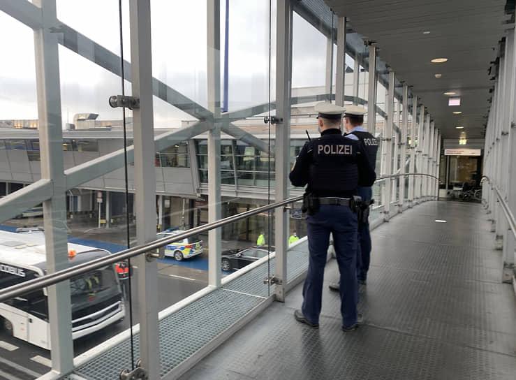Алексея Навального с супругой подвезли прямо к трапу самолета. Они регистрировались на рейс не сами, их документы в специальном черном ящике принесли на стойку регистрации сотрудники федеральной полиции Германии