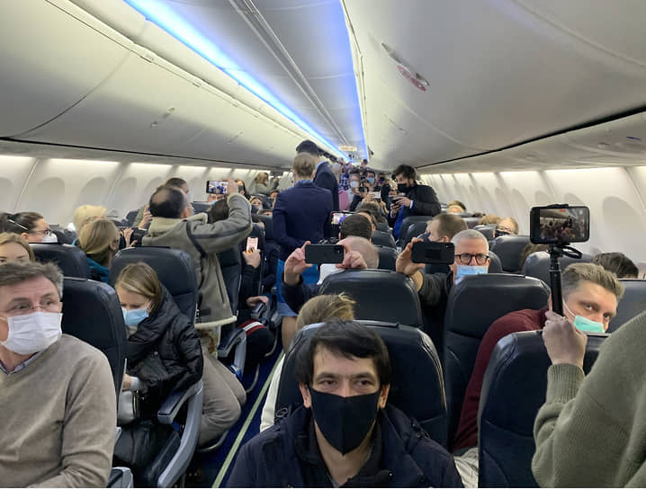 Пассажиры на борту самолета, на котором Алексей Навальный летел в Москву