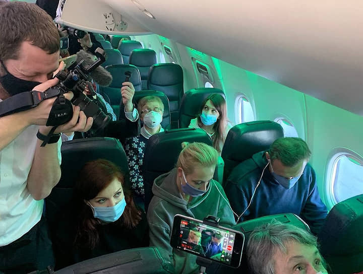 Алексей Навальный на борту самолета