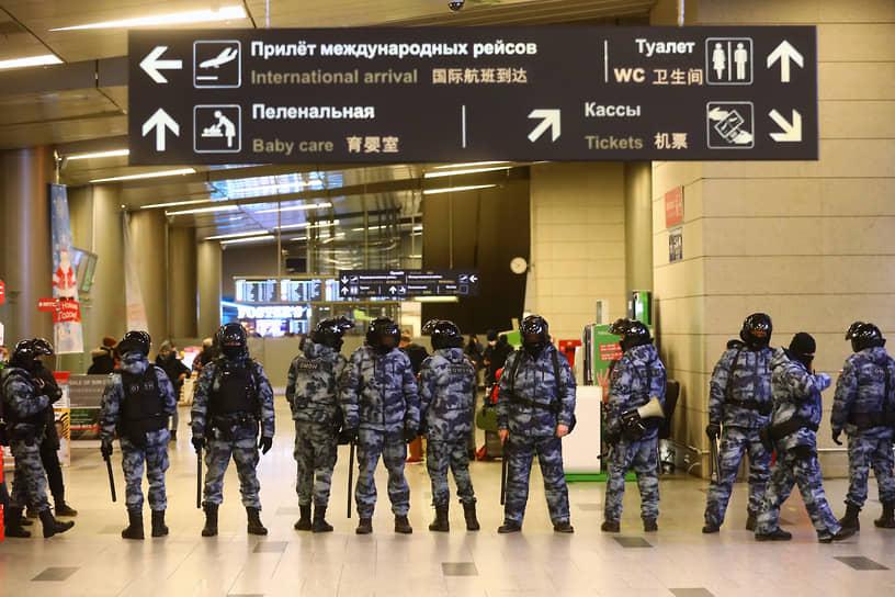 Сотрудники правоохранительных органов во Внуково