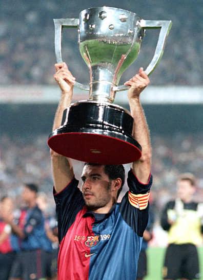 В составе «Барселоны» 6 раз выигрывал чемпионский титул, 2 раза — Кубок Испании. Также выиграл Кубок европейских чемпионов (1992), Кубок обладателей кубков (1997) и два Суперкубка Европы (1992, 1997). Выступал за национальную сборную, где сыграл 47 игр и забил 5 голов. В числе трофеев — золотая медаль на Олимпийских играх в Барселоне (1992)