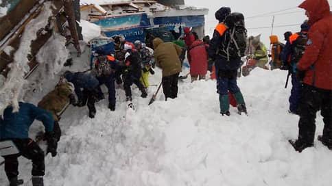 Лавина прошла по «синей» трассе  / При ЧП на горнолыжном курорте погиб один человек и восемь пострадали