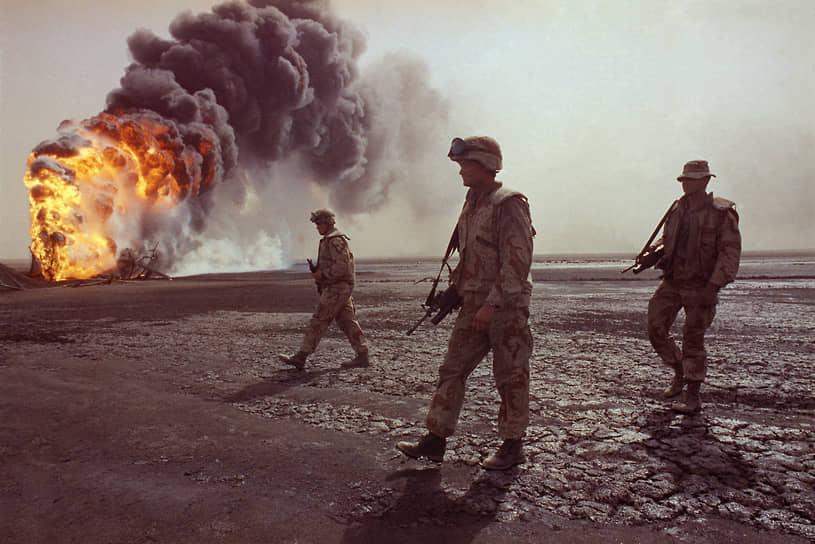 По оценкам экспертов, пострадало 5% территории Кувейта. Подземные воды также были загрязнены <br>На фото: морская пехота США патрулирует территорию вокруг горящей скважины