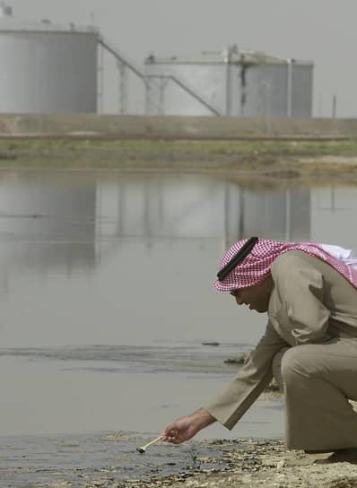 В районе загрязнения были зафиксированы массовые отравления водой, участились случаи онкологических заболеваний <br>На фото: представитель властей Кувейта берет пробу в нефтяном озере
