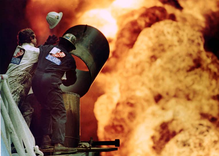 По данным Greenpeace, за неделю после катастрофы выброс углекислого газа в атмосферу превысил годовые показатели Великобритании <br> На фото: тушение пожара на месторождении в Аль-Ахмади, Кувейт