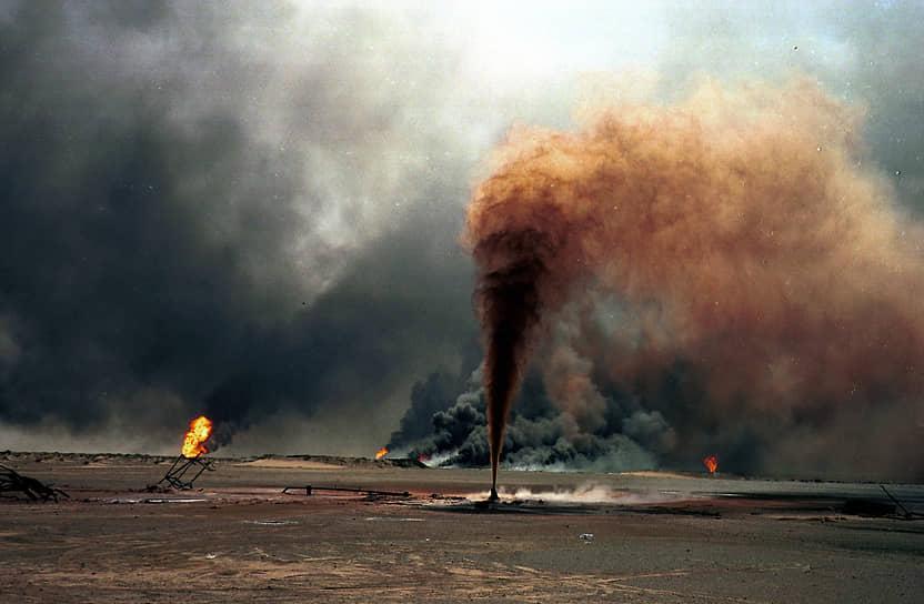 Решение сбросить нефть в море было принято в ответ на операцию международных сил «Буря в пустыне». Сырую нефть откачали из кувейтского терминала «Си-Айленд» и семи крупных нефтяных танкеров <br> На фото: горящее нефтяное месторождение Большой Бурган, Кувейт