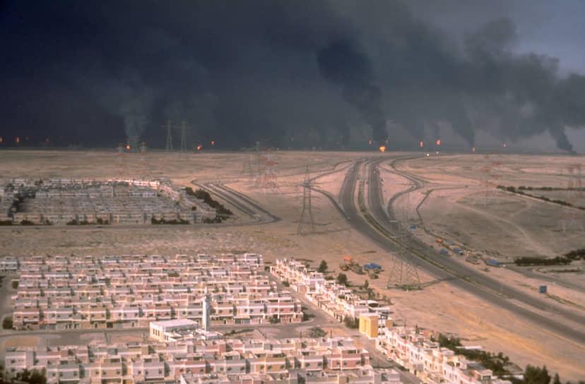 По оценкам экспертов в Персидский залив было вылито 816 тыс. тонн нефти <br>На фото: дым от горящих нефтяных скважин