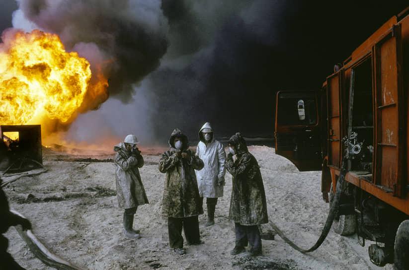 Солдаты иракской армии, по разным оценкам, повредили от 800 до 1000 нефтяных скважин Кувейта. На 727 из них начались пожары, остальные превратились в нефтегазовые фонтаны <br> На фото: пожарные на горящем нефтяном месторождении в Кувейте