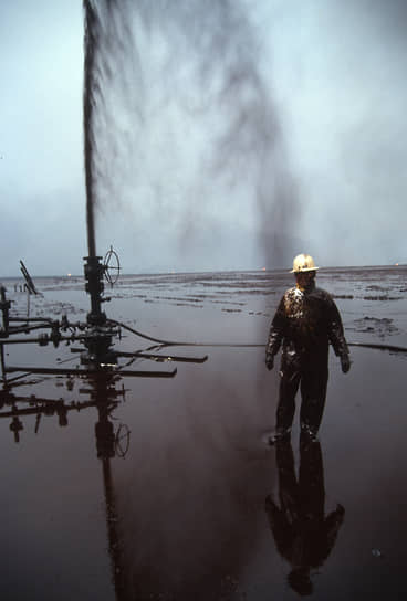 С последствиями разлива нефти и пожарами боролись 10 тыс. человек из 28 стран, в том числе из СССР <br>На фото: нефтяник рядом с прорвавшейся скважиной