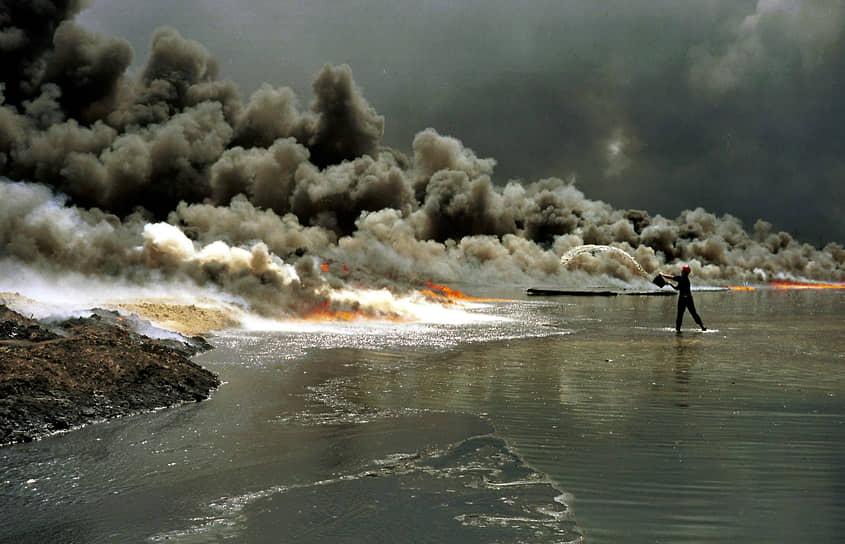 Тушение пожаров на нефтяных скважинах завершилось лишь в ноябре 1991 года <br>На фото: тушение огня на месторождении Большой Бурган, Кувейт
