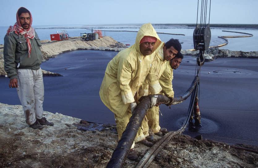 После пожаров осталось 320 нефтяных озер. На их высыхание ушло все последующее десятилетие <br>На фото: саудовские рабочие помогают справиться с последствиями экологической катастрофы в Кувейте