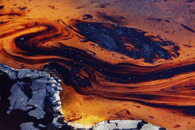 Разлив нефти в Персидском заливе был признан одной из крупнейших катастроф ХХ века. По оценкам экологов, на восстановление природе потребуется несколько столетий <br>На фото: нефтяное озеро рядом с месторождением Большой Бурган, Кувейт