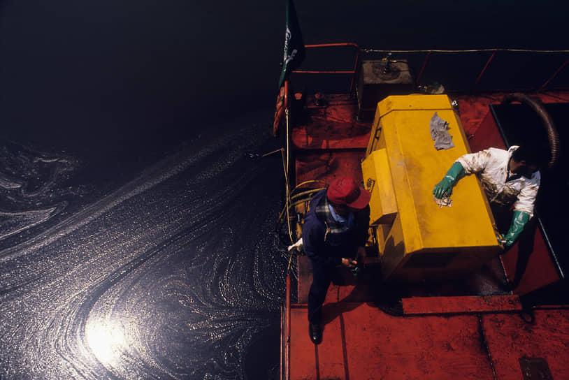 Затраты на тушение нефтяных пожаров составили более $2 млрд <br>На фото: рабочие на специальной барже, собирающей нефть в Персидском заливе