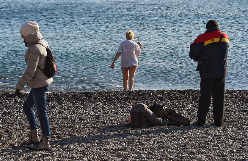 Крещенские купания в Черном море в Алуште, Крым