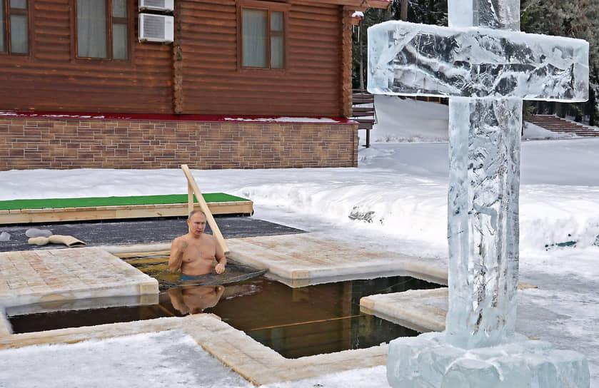 Президент России Владимир Путин во время крещенских купаний