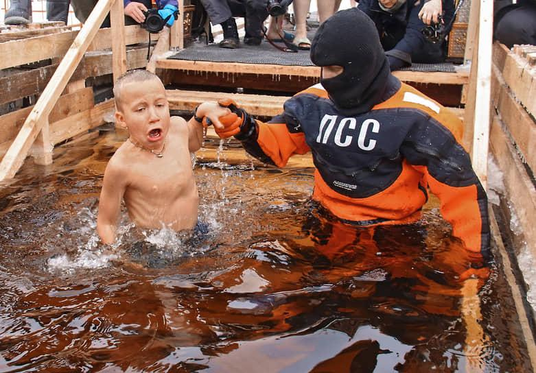 Крещенские купания на реке Неве у Петропавловской крепости в Санкт-Петербурге