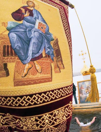 Крещенские купания на пляже Петропавловской крепости в Санкт-Петербурге