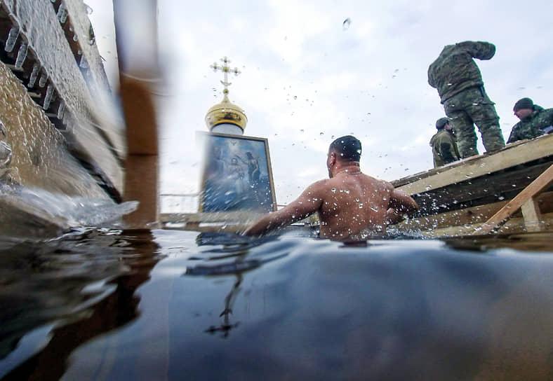 Крещенские купания у Петропавловской крепости в Санкт-Петербурге