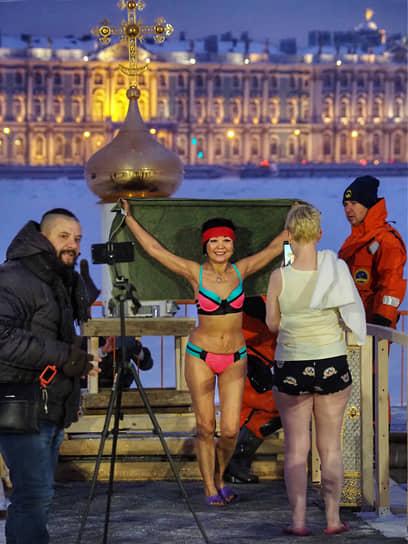 Крещенские купания на реке Неве возле Петропавловской крепости в Санкт-Петербурге