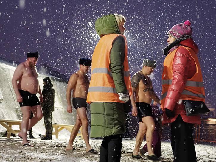 Волонтеры на дежурстве во время крещенских купаний в реке Неве возле Петропавловской крепости в Санкт-Петербурге