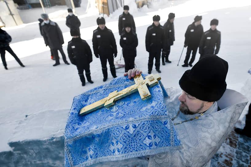 Освящение купели для крещенского купания в исправительной колонии №18 в Новосибирске