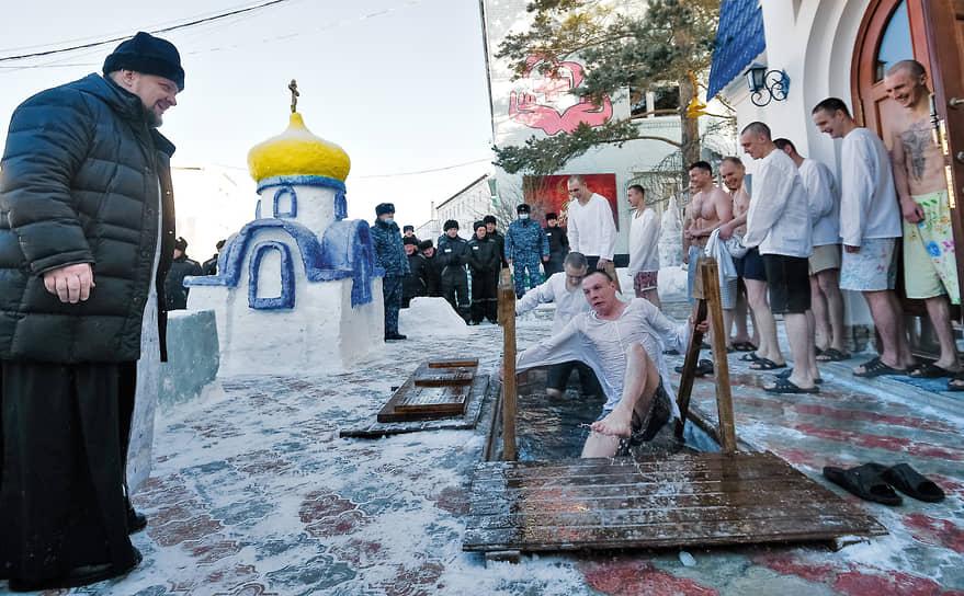 Крещенские купания в исправительной колонии №18 в Новосибирске