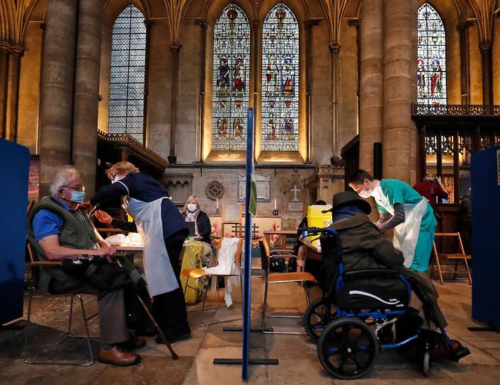 Солсбери, Великобритания. Жители города проходят вакцинацию от коронавируса вакциной Pfizer-BioNTech в соборе