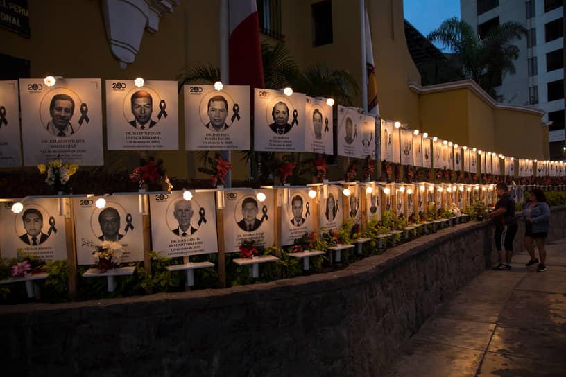 Лима, Перу. Люди оставляют цветы у мемориала врачей, умерших от коронавируса
