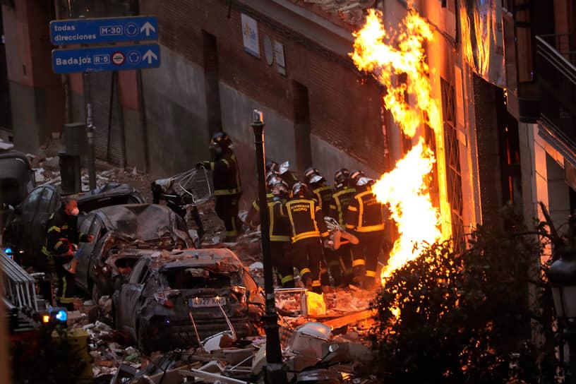 Мадрид, Испания. Пожарные выносят из здания тело жертвы взрыва на улице Толедо