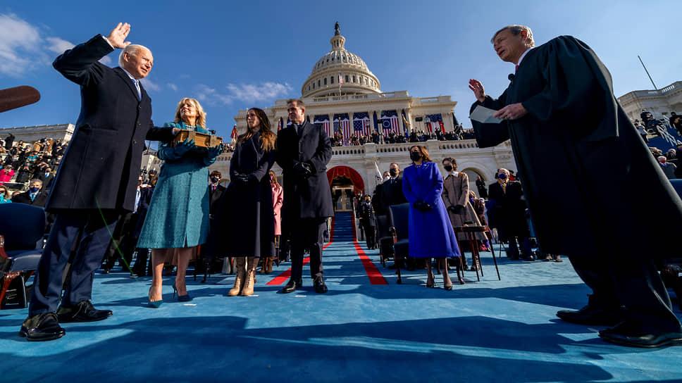 Джо Байден (слева) произносит клятву во время своей инаугурации