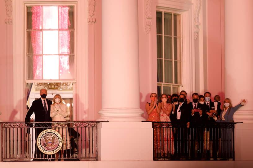 Вашингтон. Президент США Джо Байден (слева) и его супруга Джилл смотрят на фейерверк после инаугурации