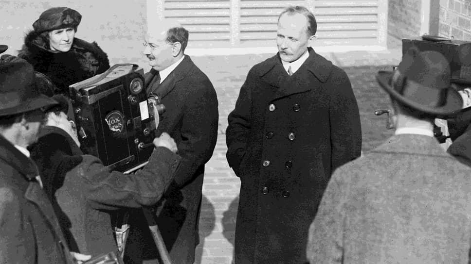 Непризнанный представитель Советской России в Соединенных Штатах Америки Людвиг Мартенс (в центре справа) и его ближайший соратник Сантери Нуортева. Фотосессия для американских журналистов