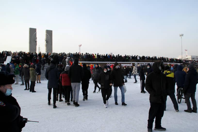 В Челябинске на акцию вышли несколько тысяч человек. Более 20 активистов задержала полиция