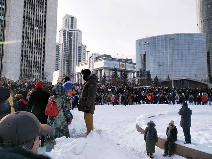 В Екатеринбурге, по предварительным данным, в акции участвуют около 3 тыс. человек. В шествии участвовал экс-мэр Екатеринбурга Евгений Ройзман