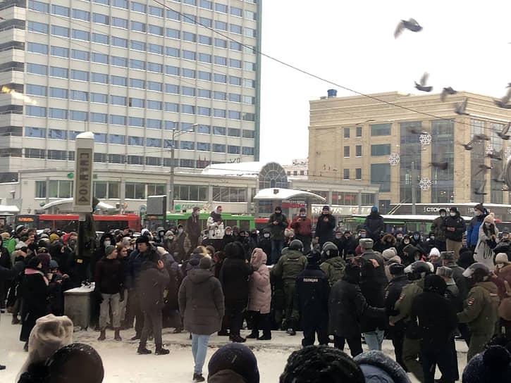 В Казани еще до начала акции в поддержку Алексея Навального начались задержания людей, собравшихся у часов на улице Баумана. По разным оценкам, всего на акцию пришло от 300 до 500 человек