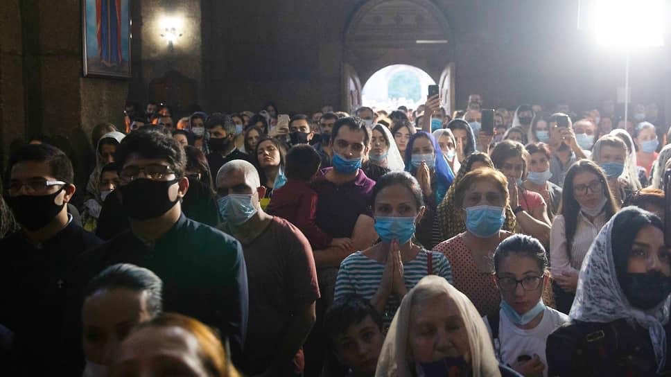 Армянские верующие во время молебнов