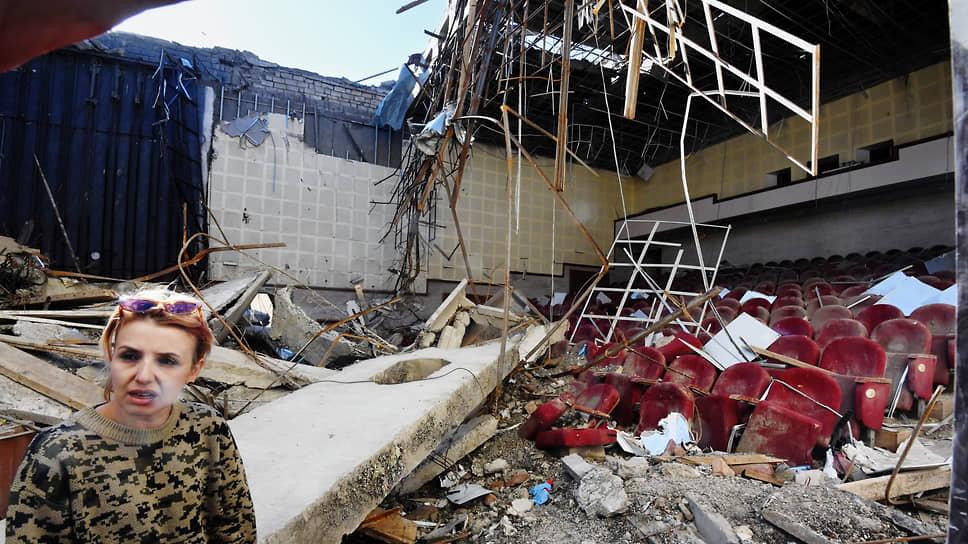 Разрушенный после обстрела зрительный зал в Нагорном Карабахе в Шуши