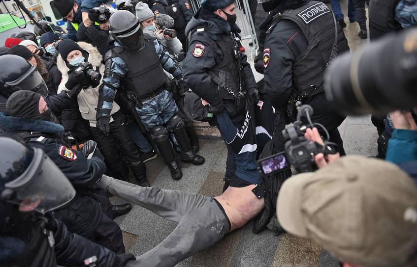 Сотрудники полиции во время задержания участника митинга